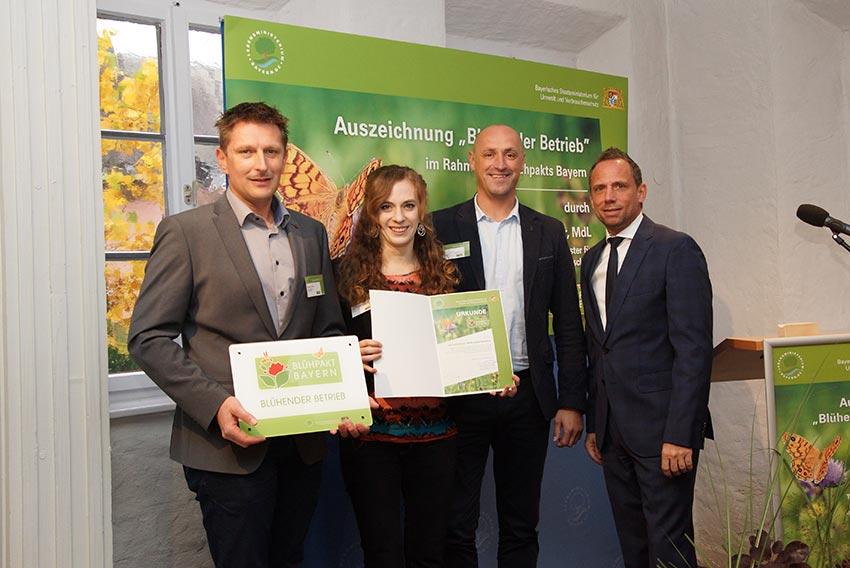 Bild vergrössert sich per Mausklick - Umweltminister Glauber zeichnet 16 neue Blühende Betriebe aus