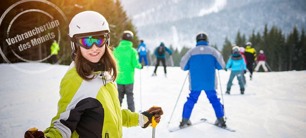 Dasd Bild zeigt ein Mädchen mit Skihelm auf einer Skipiste