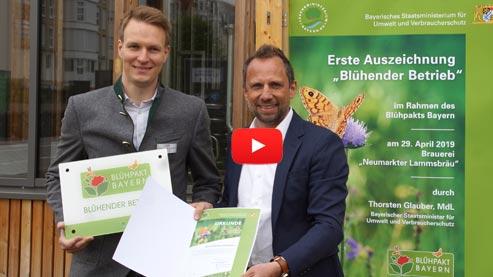 Start des Videos Neumarkter Lammsbräu als erster Blühender Betrieb ausgezeichnet - Externer Link zum Youtube-Kanal des Bayerischen Staatsministeriums für Umwelt und Verbraucherschutz