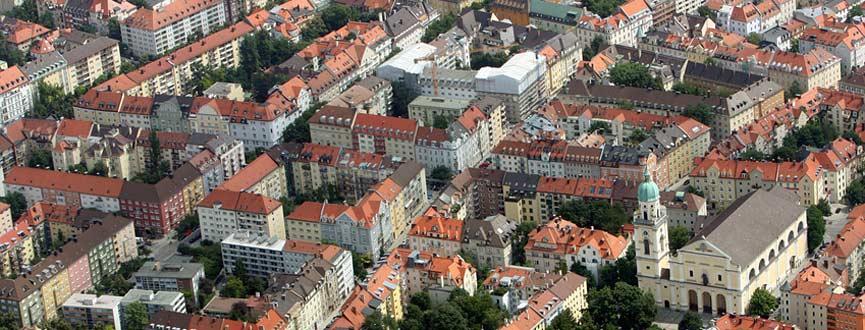Ziel der Bayerischen Staatsregierung ist es, den Flächenverbrauch im Freistaat deutlich und dauerhaft zu senken. Mit verschiedenen teils ressortübergreifenden Maßnahmen wird fortlaufend daran gearbeitet, das Bewusstsein in der Öffentlichkeit für das Flächensparen zu erweitern.